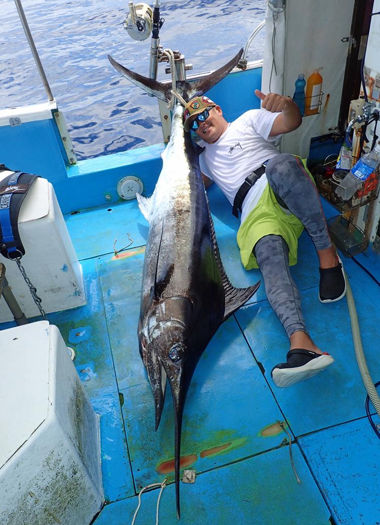 80kgのカジキを釣り上げた120kgの男性