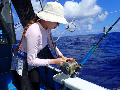 トローリングでシイラを釣っている女性