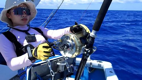 クレーンズ沖縄のトローリングでカジキを釣っている女性アングラー