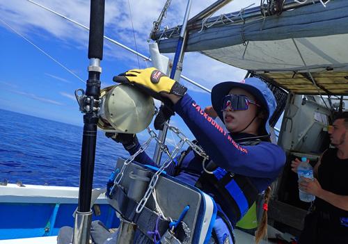 女性アングラーがカジキ釣り、クレーンズ沖縄、鶴丸のトローリングにて