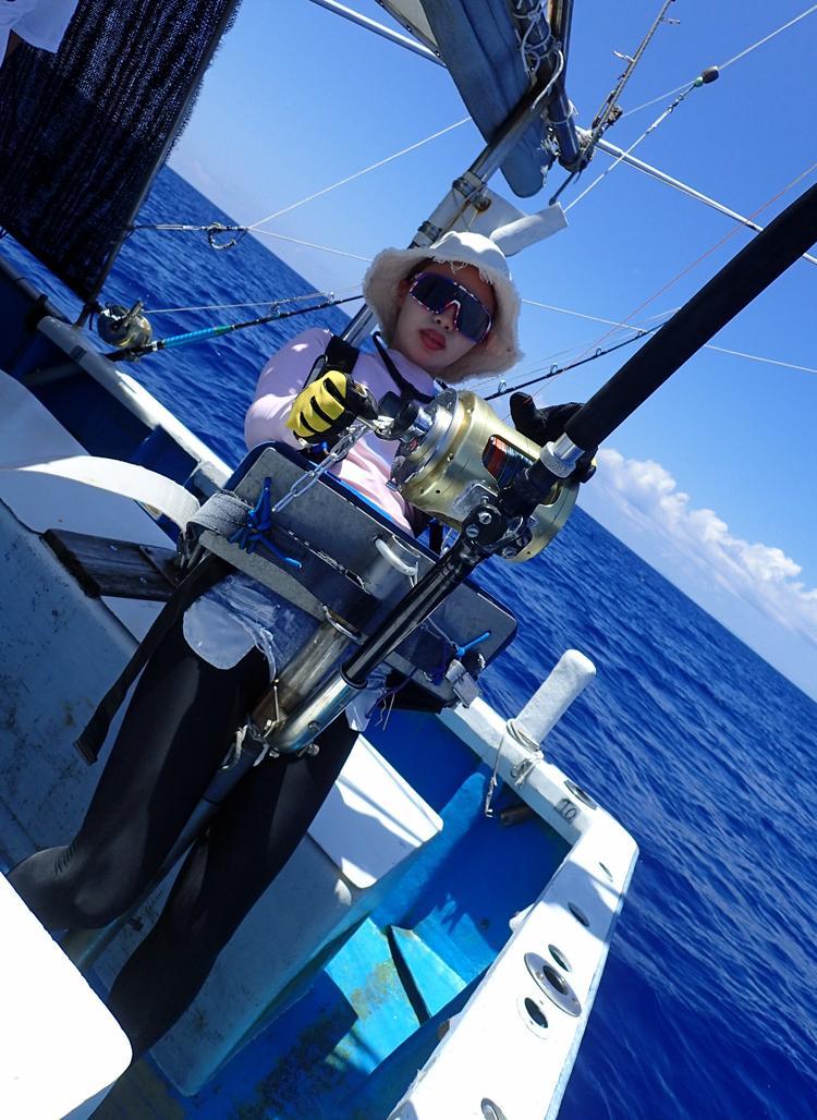 クレーンズ沖縄のトローリングでカジキを釣っている女性