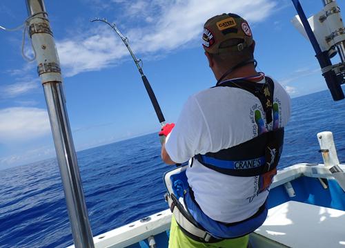 カジキを釣っている190cmの男性
