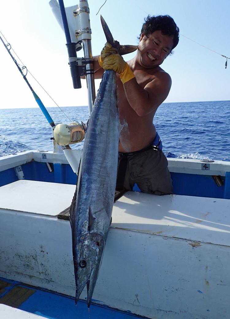 15kgのカマスサワラと釣り上げたアングラー