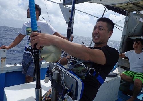 クレーンズ沖縄のトローリングでカマスサワラを釣っている男性