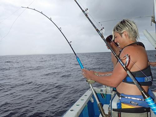 イソマグロを釣っている男性