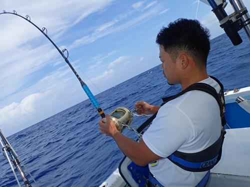 クレーンズ沖縄のトローリングでシイラを釣っている男性