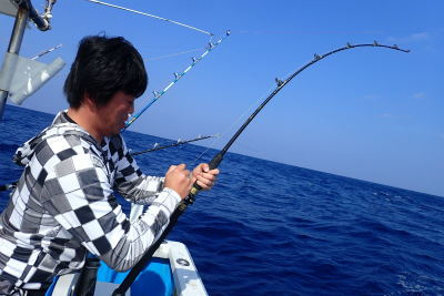 魚とファイト中