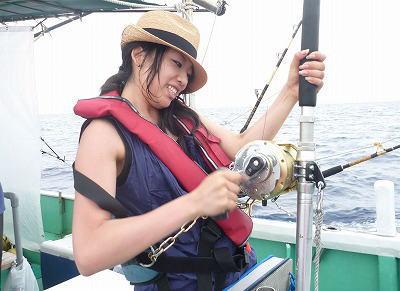 魚と格闘中の女性