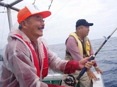 魚とファイト中の男性
