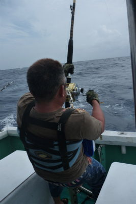 魚を釣っている男