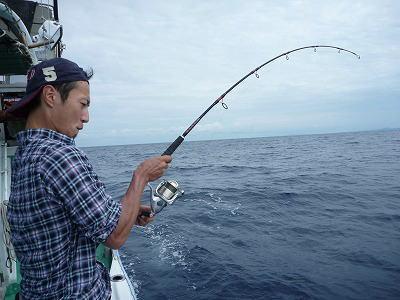 魚を釣っている男性
