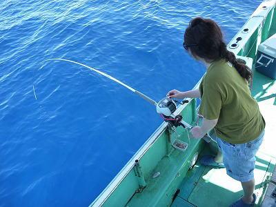 魚を釣っている女性