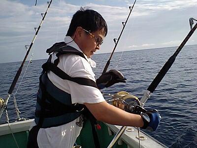 魚を釣っている