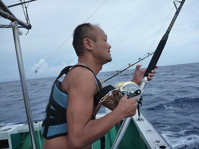 魚と格闘中の