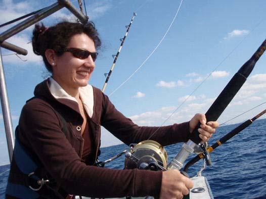 魚とファイト中女性